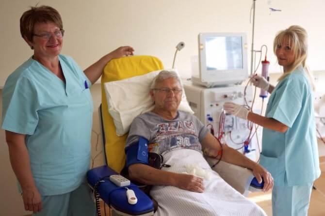 Links: Leiterin Dialyse Kemnath Schwester Luise. Rechts: Schwester Elke. Mitte: Herr Zankl (ausdrückliche Zustimmung des Pat. zur Veröffentlichung)
