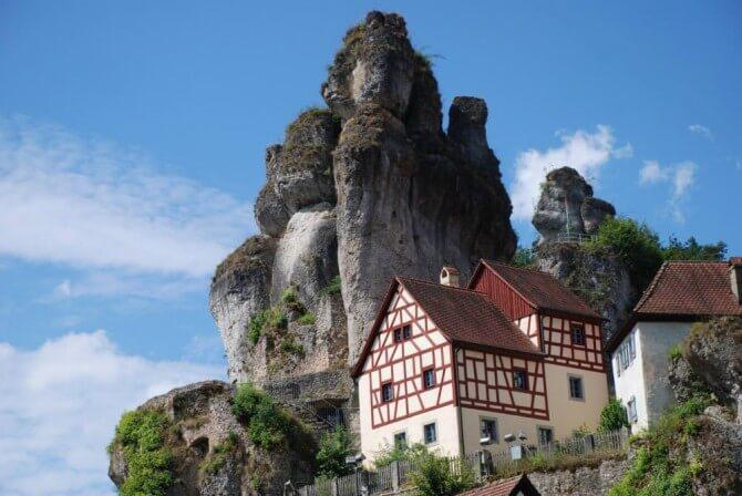 Felsen hinter dem Fränkische Schweiz Museum Tüchersfelden