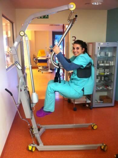 Hilfsmittel zur Umlagerung von pflegebedürftigen Patienten. Lisa demonstriert wie uns das das Gerät unterstützt.